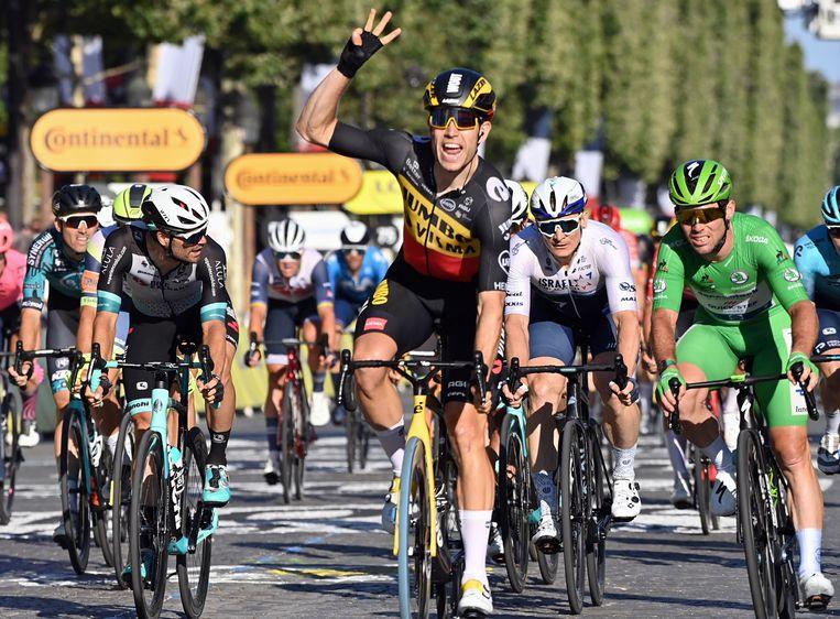 Wout van Aert klopte Mark Cavendish in de sprint op de Champs-Élysées.  Beeld ANP