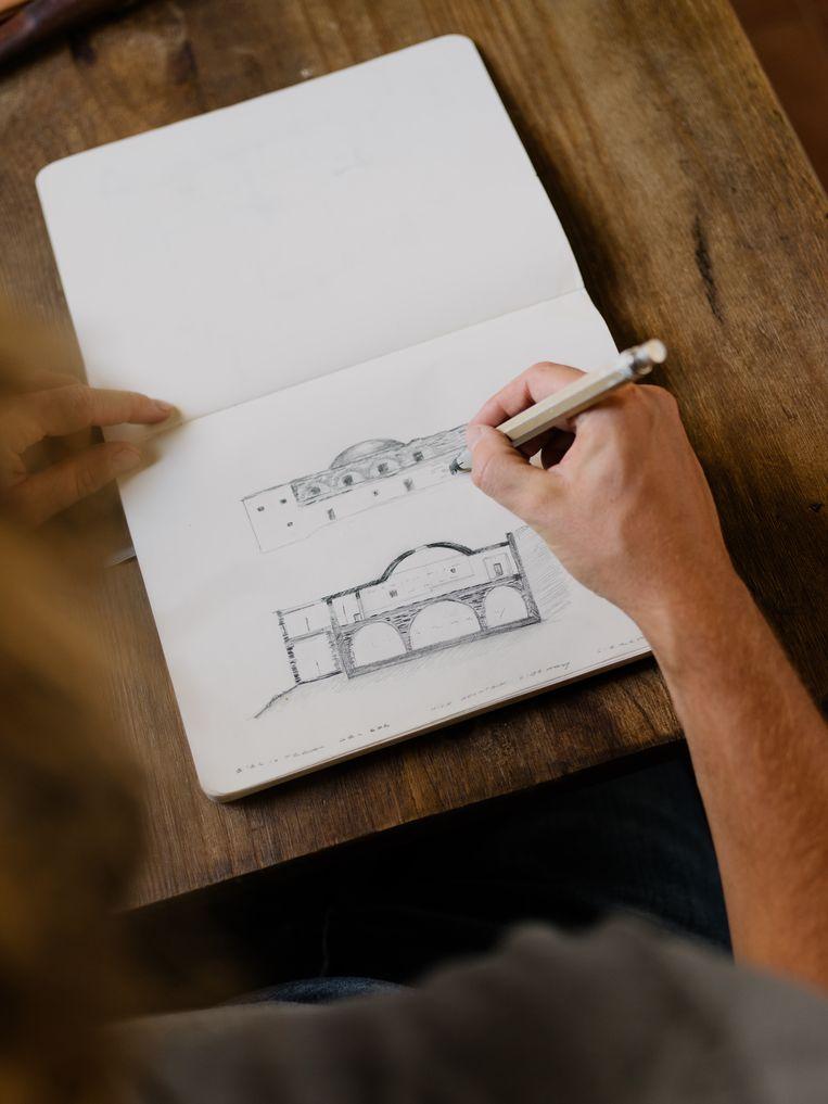 De kunstenaar tekent verder aan zijn 'refugio'.Hij wil er een plek voor meditatie en herbronning van maken.  Beeld Kevin Faingnaert