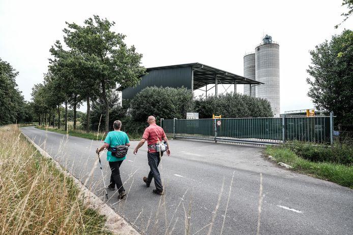 De twee silo's bij de steengroeve fabriek Sibelco worden beschilderd door kunstenaar Robin Nas.