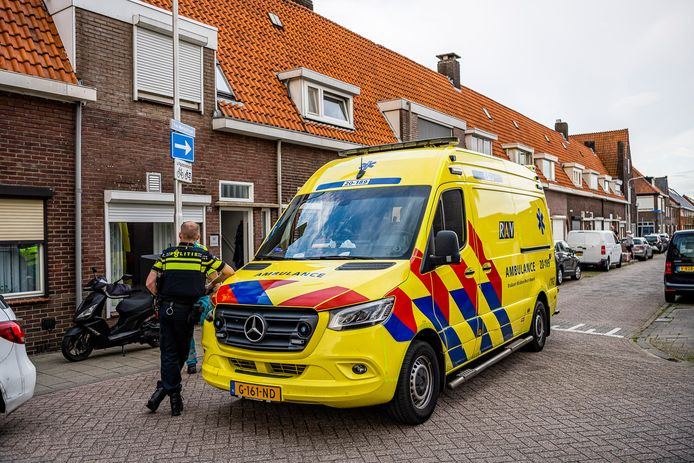 Politie en hulpdiensten in de Van Alkemadestraat in Tilburg.
