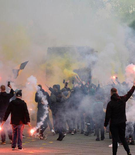 Spelersbus NAC door uitzinnige menigte met vuurwerk uitgezwaaid