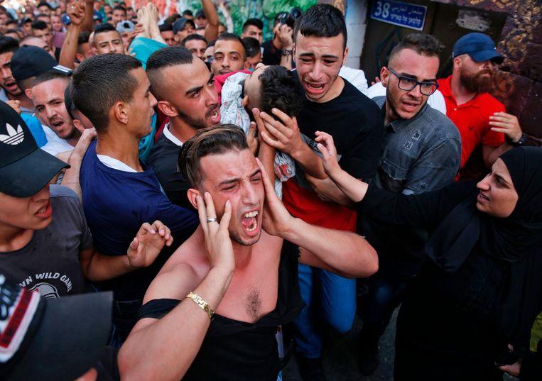 Nabestaanden rouwen om Mohammed Abu Ghannam, doodgeschoten bij de onlusten tussen politie en betogers. Beeld afp
