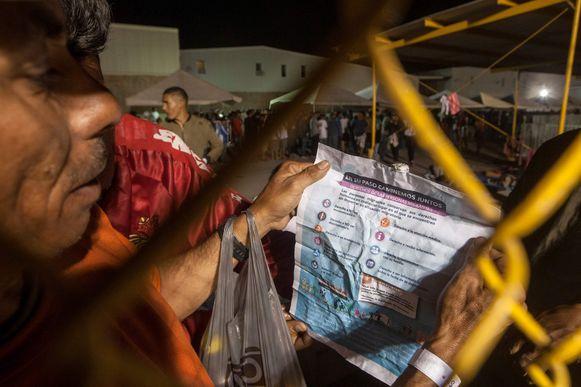 Een migrant in Piedras Negras met een papiertje dat zijn rechten als migrant uitlegt.