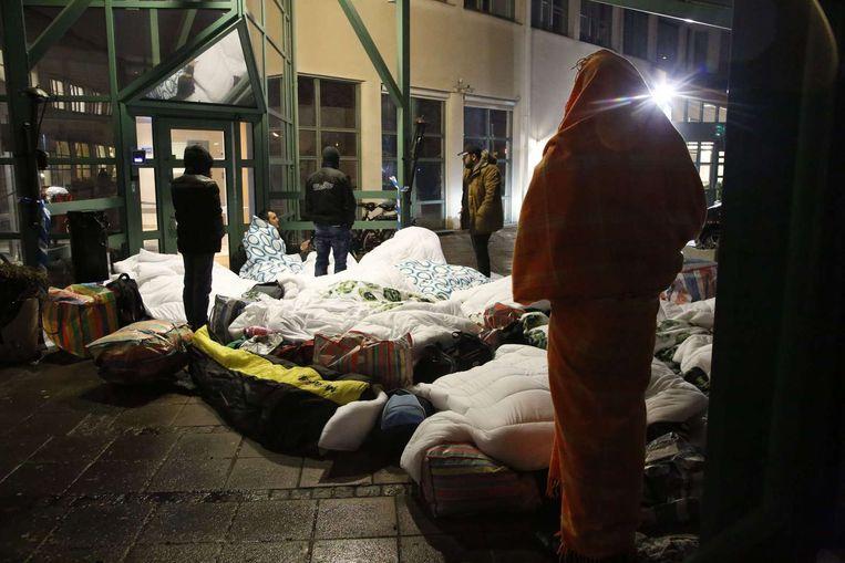 Vluchtelingen buiten een opvangplaats in Zweden. Beeld anp