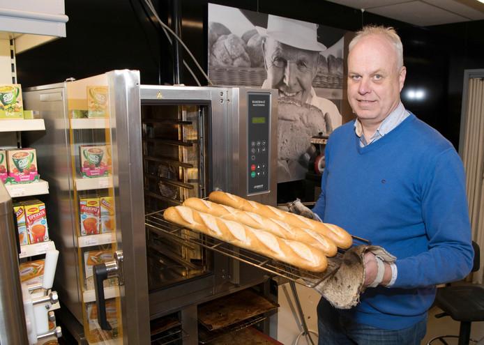 Wim Klein Horsman in zijn supermarkt in Lemele. Hij wil een broodfonds voor kleine ondernemers in de omgeving van Ommen opzetten.