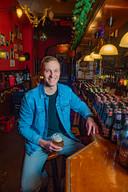 Stamgast Jasper Bosman mist café Momfer de Mol ontzettend en neemt even plaats op zijn vertrouwde plek aan de bar