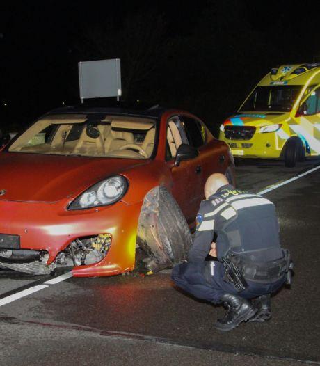 Peperdure Porsche knalt op betonnen rand, auto van ruim anderhalve ton total loss