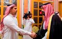 Mohammed bin Salman (rechts) schudt de hand van een zoon van de vermoorde Jamal Khashoggi, eind oktober 2018.
