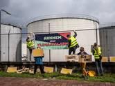 Actievoerders slaan 'klimaatalarm' bij Shell in Arnhem: 'Stop met het vernietigen van natuur'