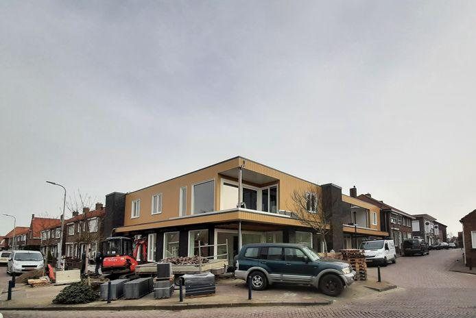 Dit voormalige winkelpand aan de Paardenmarkt in Yerseke is onlangs verbouwd tot appartementengebouw met zes woningen voor ouderen.