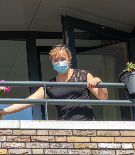 Jacqueline uit Rijkevoort mag na ruim twee maanden eindelijk weer gezellig met haar mam van 84 een chocolaatje eten