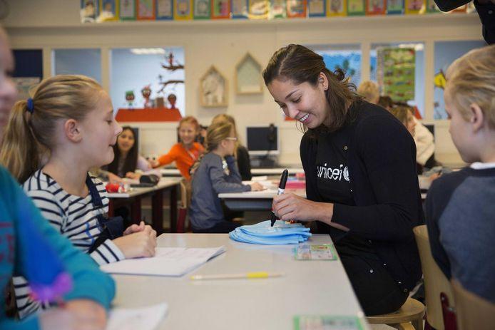Ranomi Kromowidjojo gaf vanmorgen les over kinderrechten op de Vlaardingse school IKC Van Kampen.