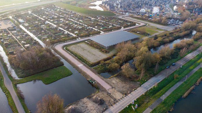 De nieuwe verbindingsweg van de Goudse Schouw naar Burggooi ligt er al (zie midden foto), maar van de Raad van State moet de gemeente Alphen haar huiswerk overdoen.