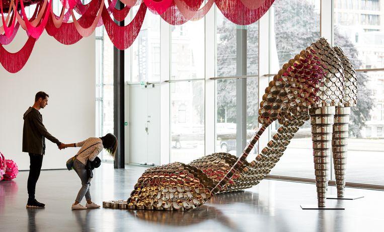 Marilyn, 2011. Een paar reusachtige naaldhakken samengesteld uit roestvrijstalen pannen. Beeld Kunsthal
