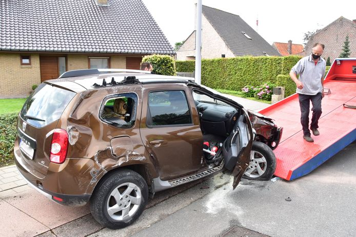 De Dacia Duster van het ouder koppel uit Poperinge liep zware averij op bij de botsing langs de Duinkerkestraat.