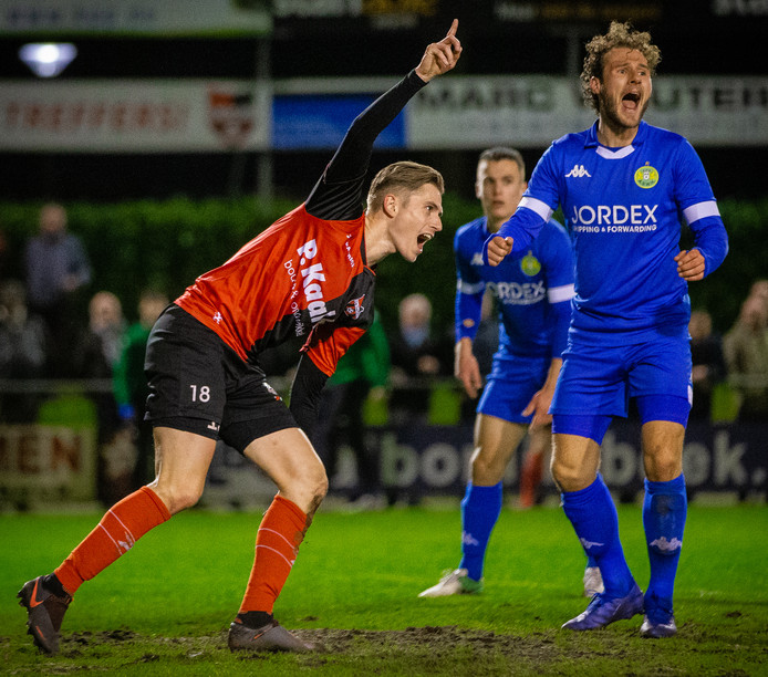Dennis Janssen juicht nadat hij De Treffers op 2-1 heeft gezet tegen ASWH.