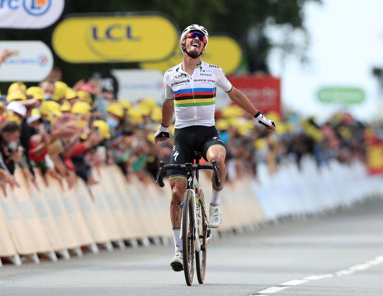 De Fransman Julian Alaphilippe  (Quick-Step) komt als eerste over de finish tijdens de eerste Tour de France-etappe. Beeld Pool via REUTERS