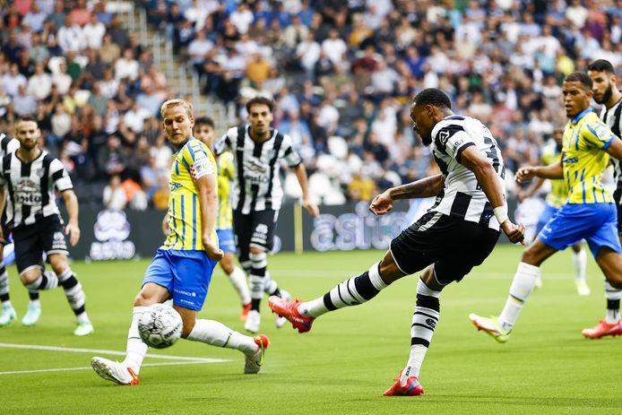 Delano Burgzorg schiet Heracles Almelo naar 1-0.