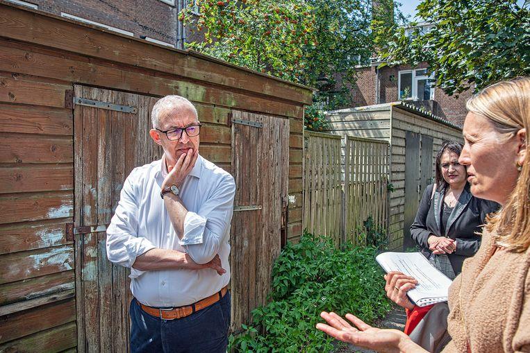 Aboutaleb praat met een ambtenaar. Beeld Guus Dubbelman / de Volkskrant