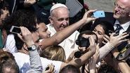 Paus poseert voor selfies bij mis Palmzondag