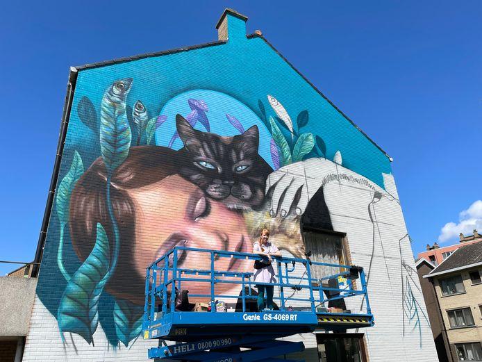 Onder meer Nina Valkhoff, een artieste uit Rotterdam, maakte een schildering in de Edelsteenstraat in Nieuw Gent.