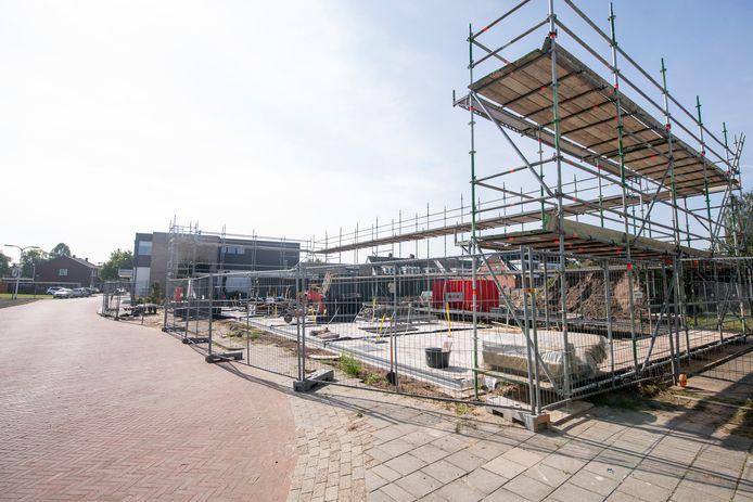 Nieuwbouwproject 'De Meesters van Almelo' aan de Bornerbroeksestraat. De woningen die alle zeven  zijn opgekocht door een belegger zijn momenteel in aanbouw.