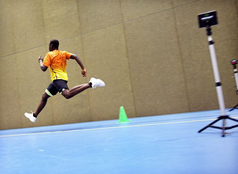 Met sprintjes van 10 en 30 meter wordt de snelheid getest. Beeld Klaas-Jan van der Weij /  De Volkskrant