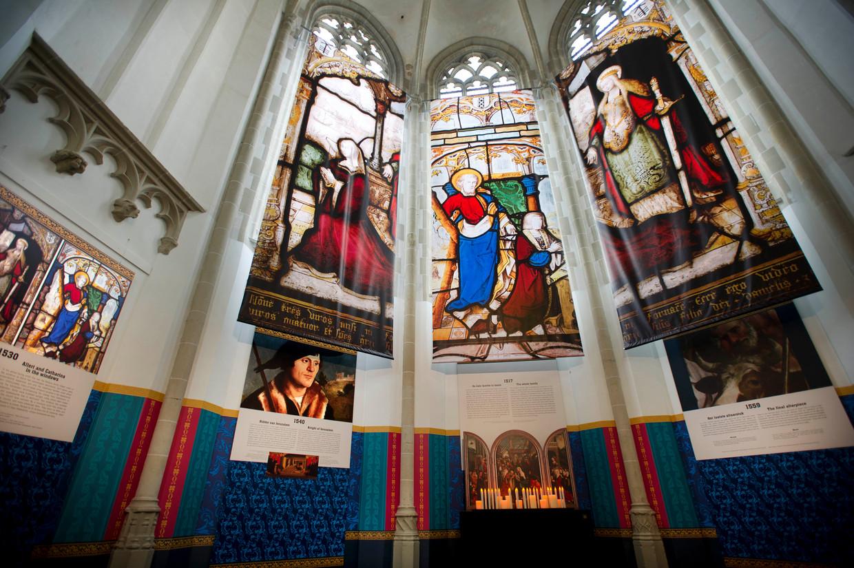 Terug naar het roomse verleden: de kleurrijke Boelenskapel (boven) en het vergulde koorhek (links). Beeld Evert Huizinga
