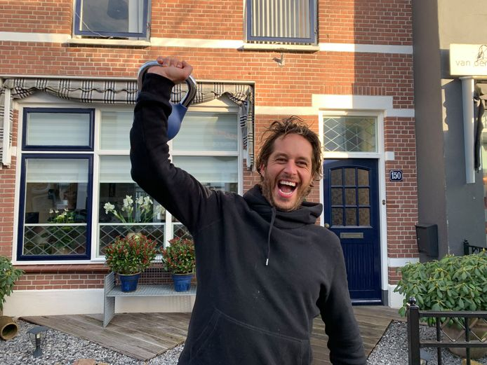 Sportschoolhouder Thijs Bezemer introduceerde eerder tijdens de coronacrisis al de 'voordeurtraining'.