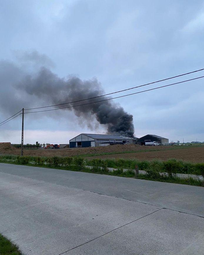 De brand ging gepaard met een zwarte rookpluim die kilometers ver te zien was.