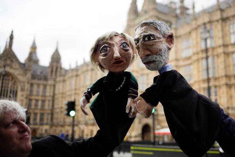Theresa May (Conservatieven) enJeremy Corbyn (Labour), boegbeelden van de enige twee partijen die er na de stembusslag nog écht toe doen. Beeld AP