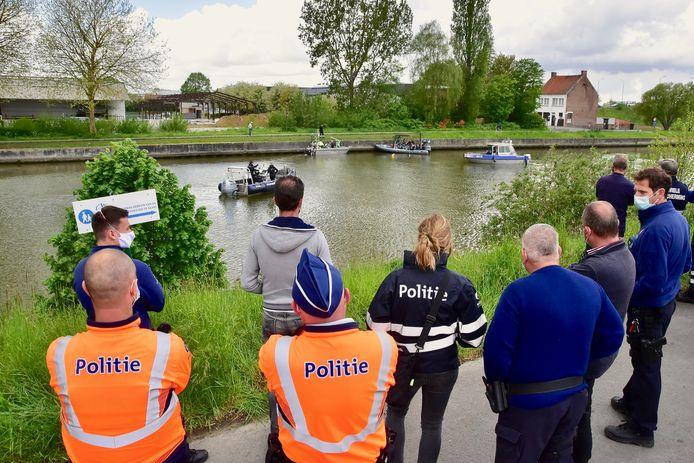 Beeld van de zoekactie naar de vermiste Christophe Maertens, op het kanaal Roeselare-Leie in Kachtem.