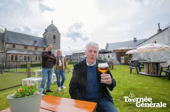 Walter De Donder kijkt uit naar zijn eerste pint op het terras van Onder Den Toren bij Gerrie Custers en Chantal De Bruyn.