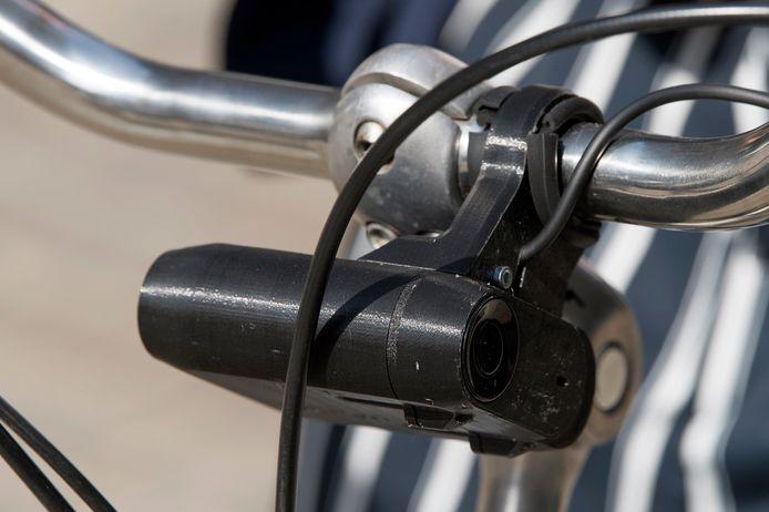 Het duo trok een fietser van zijn tweewieler in Kortrijk.