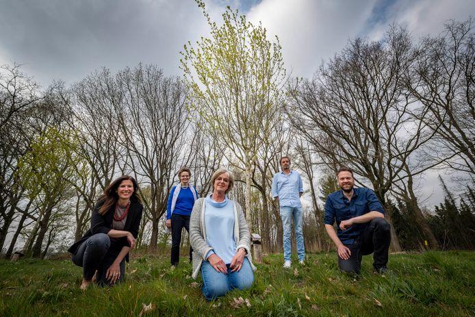 Vlnr. Evelien, Mariëtte en Sjoerd met daarachter oud-collega's Franka en Chris. Ze staan bij de gedenkboom in natuurgebied Visdonk, die herinnert aan Govert van Veen.