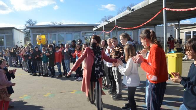 """Leerlingen en leerkrachten basisschool De Krekel geven directrice een warm en uitgebreid afscheid: """"Geen woorden voor, afscheid zoals ik het had gedroomd"""""""
