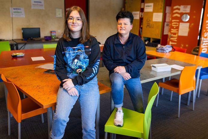 Gwen Sarink met haar moeder Sandra in het klaslokaal van jongerencentrum Tavenu word ze momenteel les krijgt.