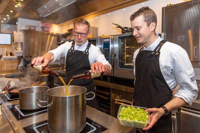 Jorran Musters (r) en souschef Wil Oudshoorn maken een stoverij met bier.