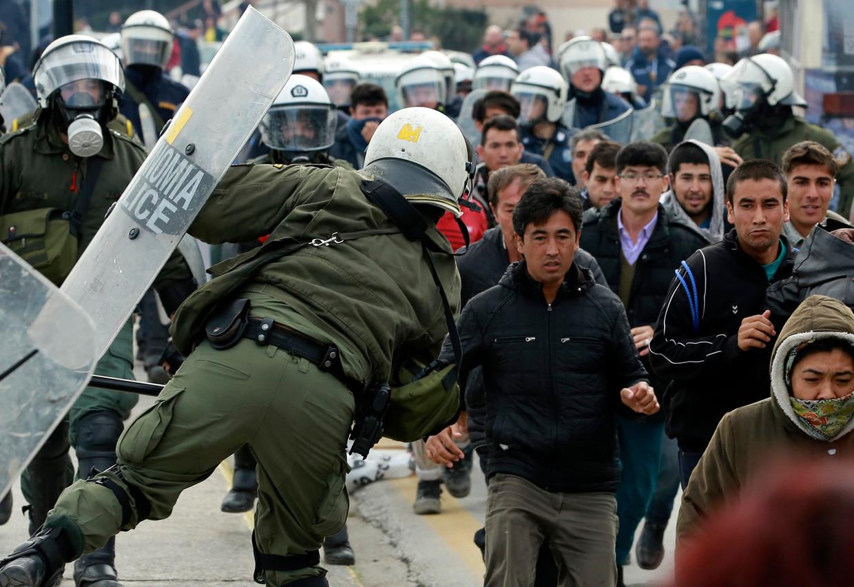 De spanningen lopen hoog op, op eilanden als Lesbos zijn geregeld confrontaties tussen oproerpolitie en migranten.  Beeld AP