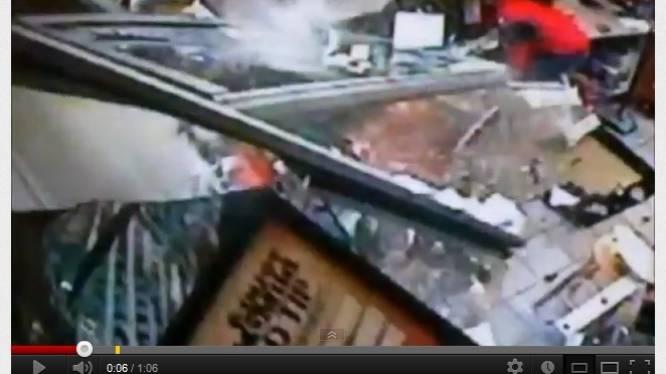 Dronken bestuurster knalt winkel binnen in Texas en ramt totaal verraste winkelier
