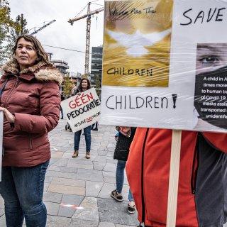 Hoe de aandacht voor kindermisbruik verknoopt raakte met complottheorieën