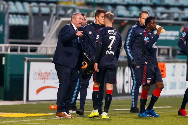 FC Twente coach Ron Jans spreekt zijn spelers toe tijdens de wedstrijd tussen ADO Den Haag en FC Twente. Beeld ANP