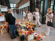'Kom je een bloemetje halen na werktijd?' Telers doneren overschot aan Amphia