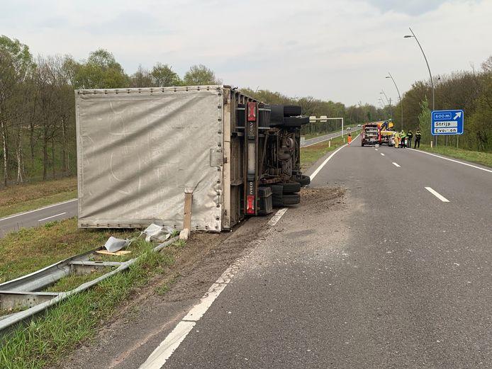 Vrachtwagen gekanteld op de Tilburgseweg in Eindhoven.