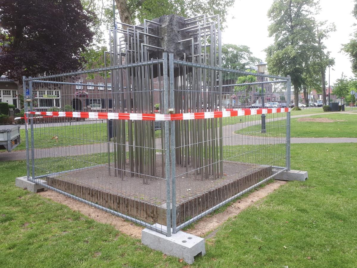 Het hek dat om om het kunstwerk in het Park in Nuenen is geplaatst.