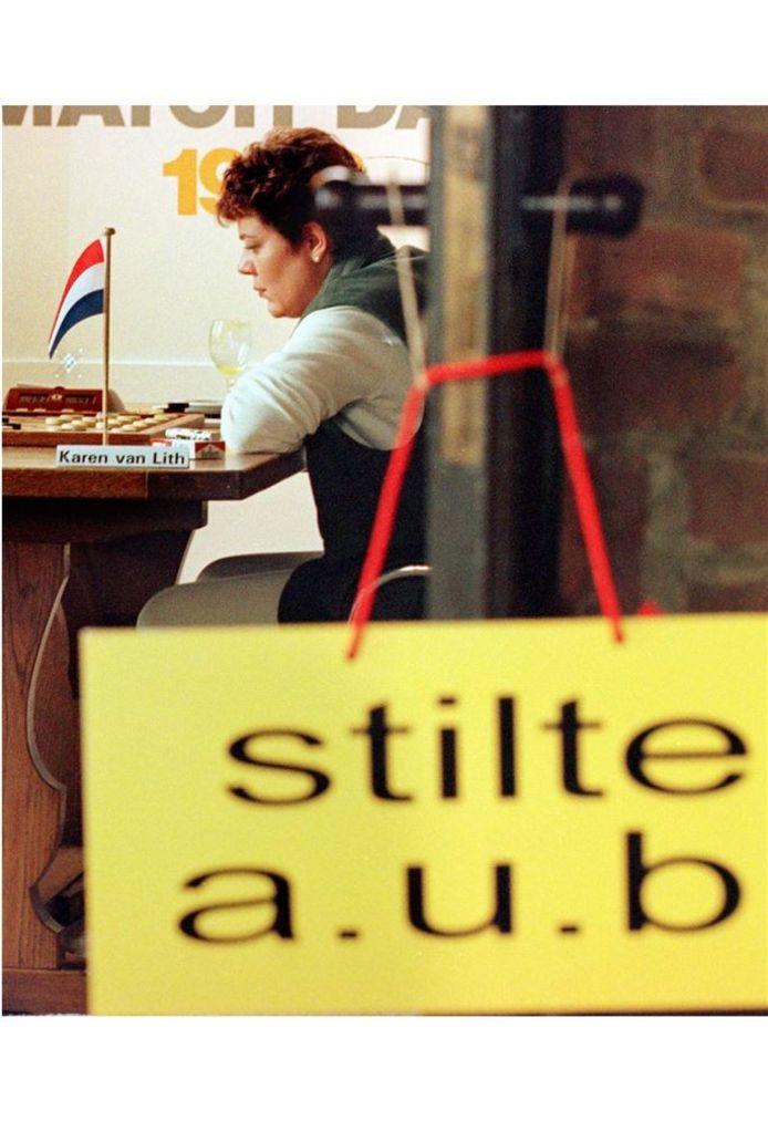 Karen van Lith in actie tijdens de eerste partij om de wereldtitel tweekamp dammen voor vrouwen in 1996.