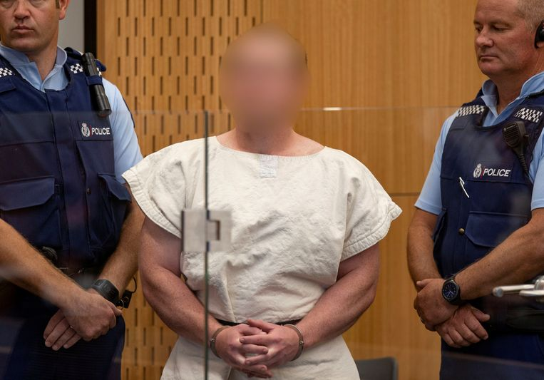 Brenton Tarrant tijdens de eerste zitting in het gerechtsgebouw van Christchurch. Inmiddels is de vermoedelijke dader van de aanslagen in de Nieuw-Zeelandse stad overgebracht naar een gevangenis in Auckland en verschijnt hij via een videoverbinding voor de rechter. Beeld REUTERS
