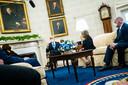 Joe Biden (m) en Kamala Harris (l) overleggen met gouverneurs over de aanpak van de coronacrisis.