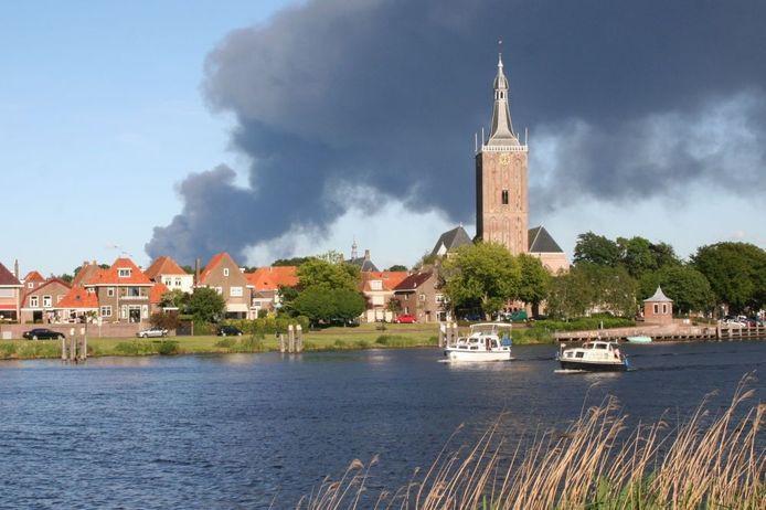 Rookwolken boven Hasselt. De brand in verffabriek Smit Lakstraat in Nieuwleusen is in de weide omtrek te zien. foto Bernita Steert
