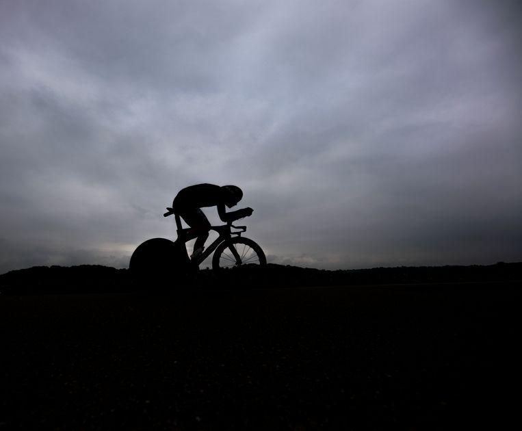 Dylan van Baarle tijdens de vijfde etappe van de Tour, een tijdrit over ruim 27 km. 'De rug is bijna recht en alles vormt één geheel. Het zou nog beter zijn geweest als ik mijn hoofd wat meer tussen mijn handen had weten te krijgen', aldus de wielrenner. Beeld Klaas Jan van der Weij / de Volkskrant